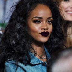 O batom da Rihanna deu o que falar, e a gente já foi procurar a cor que a nossa bad gal favorito usou para você roubar!