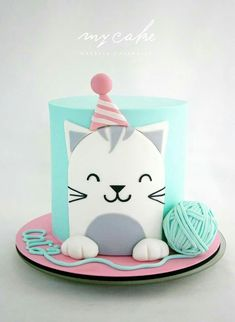 Easy birthday cake decorations from simple fondant cut out designs , you can make the yarn ball by sticking two cupcake tops together with buttercream and looping a long thin string of fondant around it. Gatito by Natalia Casaballe Pretty Cakes, Cute Cakes, Birthday Cake For Cat, Simple Birthday Cakes, Birthday Kitty, Animal Birthday Cakes, Birthday Cup, Animal Cakes, Love Cake