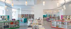 El MACBA de Barcelona ha reabierto su tienda en hall de entrada del edificio de Richard Meier. El nuevo establecimiento está gestionado por librerías Laie.