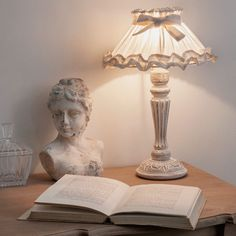 Lampada bianca da comodino in legno ...