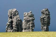 Маньпупунёр, или Столбы́ выве́тривания (мансийские болваны) — геологический памятник в Троицко-Печорском районе Республики Коми России.   в междуречье рек Ичотляги и Печоры. Останцев — 7, высота от 30 до 42 м. С Маньпупунёром связаны многочисленные легенды . Около 200 миллионов лет назад на месте каменных столбов были высокие горы. Проходили тысячелетия. Дождь, снег, ветер, мороз и жара постепенно разрушали горы, и в первую очередь слабые породы. Твёрдые-серицитокварцитовые сланцы, из…