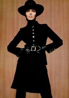 Nina Ricci, 1967 - contrastando com o vestuário colorido da época... o preto está sempre na moda! ;-)