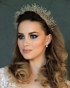 Глаза в которые невозможно не влюбиться .... Потрясающая красотка @lizagorbenko в короне #katirini .... Есть мнение, что макияж невесты должен быть естественным, но это не значит, что он не может быть ярким! Главное, он должен быть сделан профессионально .... Галина Покровенко @galina_pokrovenko знает как подчеркнуть красоту любой невесты .... #handmade_ru_jewellery _____________________________________________ фото: @katirini_ .... корона: @katirini_ .... макияж: @galina_pokr