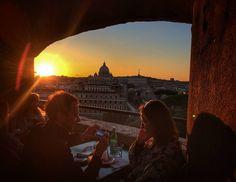 Você sabia que no Castelo Sant'Angelo tem um café com uma vista lindissima para o Vaticano e para o por do sol? Olha que fantástico! E esse casal tava tão lindinho! Não resisti e fiz essa foto! :) . Lembre-se que nós fazemos o seu roteiro personalizado em Roma organizamos o seu transfer do/para o aeroporto e também sua hospedagem! info@emroma.com . Veja mais no Snapchat Em_Roma #Roma #europe #instatravel #eurotrip #italia #italy #rome #trip #travelling #snapchat #emroma #viagem #dicas…