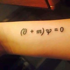Esta es la ecuación de Dirac. Esto es el entrelazamiento cuántico o conexión cuántica. Dos partículas que, en algún momento estuvieron unidas, siguen estando de algún modo relacionadas,no importa la distancia entre ambas, aunque se hallen en extremos opuestos del Universo la conexión entre ellas es instantánea.