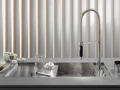 Sink / kitchen tap eUNIT KITCHEN - Dornbracht Italia: Photos: Thomas Popinger. Erogazione, regolazione del flusso e della temperatura dell'acqua e chiusura del tappo di scarico sono riunite in eUnit  Kitchen.