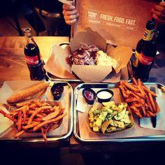 Frittenwerk - Die Pommesmanufaktur. Streetfood. Fresh Food Fast. Frittenwerk. Düsseldorf. Duesseldorf. Bilk. French Fries. Potatoes. Pommes. Fritten. Pommesmanufaktur. Restaurant. Imbiss. Kitchen. Wood. Delicious. Canada. Poutine. Germany. Love it. Foodporn. Cheese. Curds. Käse. Bratensauce. Pulled Pork. Coke. Cola. to go. Sweet Potatoes. Garlic Fries