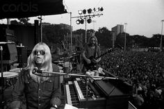 The Allman brothers, from the two shows they did in New York's Central Park, July (Gregg left in all Duane on right. Allman Brothers, Band Pictures, Band Photos, Great Bands, Cool Bands, The Jam Band, Blues Artists, Music Artists, Rockn Roll