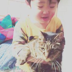 おれ、ドラ。 コイツ、おれの弟。 ちとらんぼうだけど、おれ、コイツのアニキだからな。 好きにやらせてるのさっ。 ・ #おれドラ #愛猫 #猫 #cat #ねこ #自分はぴJrたちのお兄ちゃんだと思っている猫 ・ ・ #家族 #兄弟 #お兄ちゃん #弟くん #かわいい #育児 #教育 #食育 #親バカ #アメブロやってます ⏩http://s.ameblo.jp/yutomitohiw