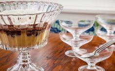 Pavê de bombon - Carole Crema Carole Crema, First Birthdays, Tableware, Flute Glasses, Sweet Recipes, Tailgate Desserts, Beverage, One Year Birthday, Dinnerware