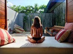 見事な背筋で瞑想中|ジョセフィーヌ・スクリバー(Josephine Skriver)のビーチスタイル