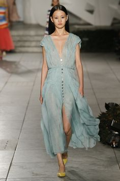 The complete Carolina Herrera Spring 2018 Ready-to-Wear fashion show now on Vogue Runway. New York Fashion, Fashion 2018, Runway Fashion, Fashion Dresses, Fashion Weeks, Womens Fashion, Spring Summer 2018, Spring Summer Fashion, Carolina Herrera Parfum