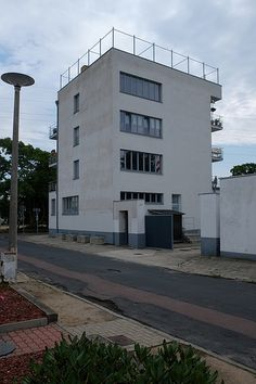 the konsum building by walter gropius, 1928  bauhaus / siedlung törten | Flickr - Photo Sharing!