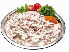 Pochoutkový salát chutná jako ten ještě z papíru  30 dkg dietního salámu,nebo šunkový. 10 dkg sterilované okurky 10 dkg cibule 1 konzerva hrášku 1 majolka 1 tatarka sůl,pepř Postup Salám pokrájet na tenké nudličky,okurky postrouhat ,cibuli nakrájet nadrobno.Vše smíchat,osolit,opepřit podle chuti.Z tohoto množství získáme 1 kg salátu. Czech Recipes, Russian Recipes, Ethnic Recipes, Top Recipes, Recipies, Cooking Recipes, European Dishes, New Menu, Dips