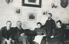Igor Stravinsky à la gauche de Nikolai Andreyevich Rimsky-Korsakov (1844-1908), la fille de Rimsky Korakov et son fiancé Maximilien Steinberg et la première épouse de Stravinsky en 1908.