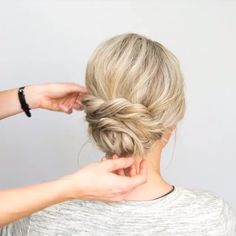 his one is so quick and simple but gives boho vibes 💕 gildingthelily hairandmakeupbyerinryser updo updotutorial hairtutorial hairtutorials beyondtheponytail modernsalon kenraprofessional stylistssupportingstylists haireducation 826410600353447163 Boho Hairstyles, Quick Hairstyles, Wedding Hairstyles, Hairstyle Ideas, Short Hair Ponytail Hairstyles, Hairstyle Tutorials, Medium Hair Styles, Curly Hair Styles, Short Hair Wedding Styles