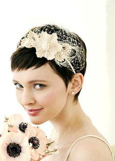 Una opción para novias con el pelo muy corto son las diademas, tipo tocado con redecilla.