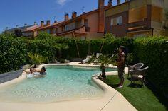 Eso de 'vaya, vaya… aquí no hay playa' que cantaban 'Los Refrescos' en los años 80 se ha acabado, y no sólo en lo que se refiere a Madrid: gracias a las innovadoras piscinas de arena cualquiera puede disfrutar de la playa sin salir de casa y sin las incomodidades que se le supone