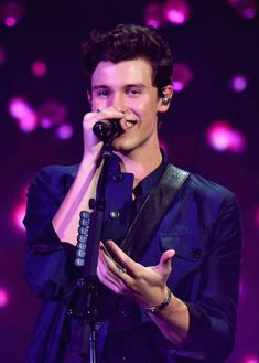 Shawn Mendes performs onstage during the 2018 American Music Awards. Shawn Mendes Fofo, Shawn Mendes Cute, Shawn Mendes Smiling, Shawn Mendes Music, American Music Awards, Shwan Mendes, Fangirl, Shawn Mendes Wallpaper, Babe