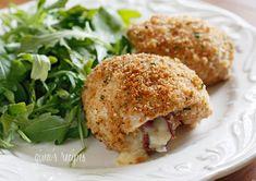 Escalope de poulet roulé avec oignon rouge, fromage Proscuitto et viande de grison