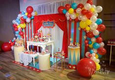 Don't miss this fun circus birthday party! Love the dessert table and party deco. - Catch My Party - Birthday Party Dumbo Birthday Party, 1st Birthday Party Themes, Carnival Birthday Parties, Circus Birthday, Carnival Party Decorations, Circus Carnival Party, Circus Theme Party, Circus Wedding, Carnival Costumes