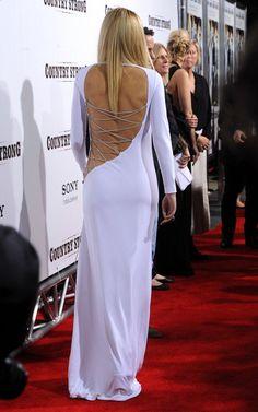 Não é só na Calçada da Fama que a atriz Gwyneth Paltrow anda causando, confiram o vestidinho branco Emilio Pucci que ela escolheu para ir na premiere do filme Country Strong em LA. Ela anda bem ousada, não?! Fotos: Reprodução