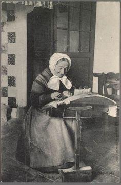 Prentbriefkaart met het portret van een Brugse kantwerkster. Het gaat om Sophie Linseele, geboren 4 juni 1822. Zij woonde in het Begijnhof. Let op haar kledij en het kantkussen.