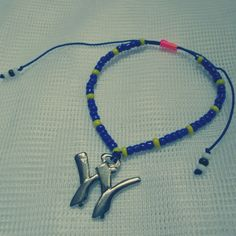 Pulsera W Materiales: Mostacillas, herraje metálico, cordón azul
