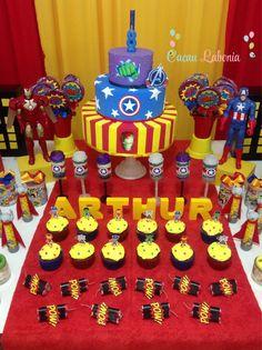 Cupcakes com toppers dos vingadores baby e push cakes nas cores do Capitão América