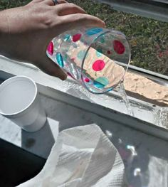 Versez de l'eau chaude sur le rails de fenêtre nettoyés au vinaigre blanc et au bicarbonate.