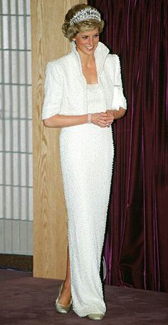 Diana's Most Iconic Style Moments The high collar on this Catherine Walker pearl-encrusted bolero was inspired by Elizabethan ruffs.The high collar on this Catherine Walker pearl-encrusted bolero was inspired by Elizabethan ruffs. Lady Diana Spencer, Princess Diana Dresses, Princess Diana Fashion, Princess Of Wales, My Princess, Princess Style, Estilo Fashion, Ideias Fashion, Estilo Glamour