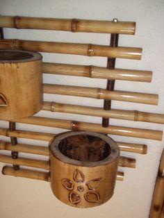 floreira de bambu com 2 vasos de bambu gigante entalhado ,bambu tratado e envernizado.