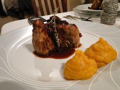 Solomillo de cerdo con puré de batatas y salsa de Oporto en frutos rojos. www.tiendajulianmartin.es Meat, Food, Gourmet, Pork Tenderloins, Beef, Sauces, Cook, Port Wine, Eten