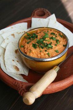 """houmous aux poivrons rouges 1 conserve de pois-chiche 1 conserve de poivrons rouges grillés 2 c. à soupe de pâte de sésame """"Tahin"""" ou """"Tahina"""" 2 gousses d'ail 4 c. à soupe d'huile d'olive Le jus d'un demie citron Sel, poivre noir moulu Paprika fort ou piment moulu selon le goût."""