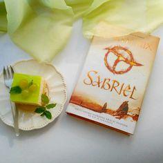 Sabriel and cake 🍰 #kniznemaniacky #bookblog #slovakia