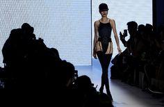 Ένα μοντέλο φοράει μια βραδινή δημιουργία της συλλογή ενός Βραζιλιάνου σχεδιαστή κατά τη διάρκεια της εβδομάδας Μόδας του Σάο Πάολο.