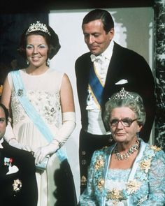En Octobre 1976 ,les jeunes mariés Carl-Gustav et Silvia sont reçus en visite officielle à La Haye : Béatrix et Claus participent au dîner de gala