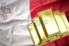 Reservas de oro. brillantes lingotes de oro en la bandera de Malta.
