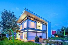 Die neue Offenheit. Moderne Hausentwürfe lassen sich in traditioneller Holzständerbauweise umsetzen  Extrahohe Räume und viel Glas vermitteln ein Gefühl der Offenheit und Transparenz. Zu sehen ist das Haus im Bauzentrum Poing bei München. Foto: djd/flock-haus