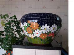 Lindo vaso de cerâmica decorado com mosaico floral feito em azulejos finos. Ideal para um cantinho especial de sua casa ou jardim. A beleza das cores e das flores valorizam seu ambiente.  Encomende o seu e acompanhe todo o processo de execução.