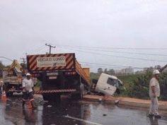 Notícias de São Pedro da Aldeia: ACIDENTE - Caminhão perde controle em pista molhad...