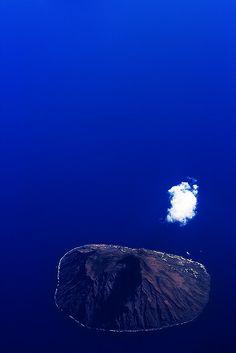 """""""Ma questa roccia arsa dal fuoco, questa lava indurita dall'aria, queste scorie scalfite dall'acqua delle tempeste, possono essere una patria?"""" - (su ALICUDI -  Alexandre Dumas, IMPRESSIONS DE VOYAGE. LE CAPITAINE ARENA 1854)"""