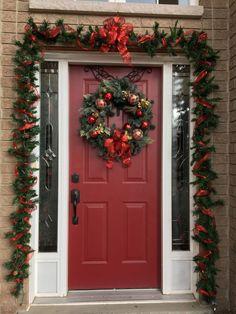 Pin by Nancy Ramirez on Christmas Christmas Porch, Simple Christmas, Gold Christmas, Christmas Wreaths, Christmas Crafts, Beautiful Christmas, Silver Christmas Decorations, Holiday Decor, Natal Diy