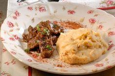 Γλυκόξινο μοσχάρι με πικάντικο πουρέ πατάτας μαγειρεύει για την Κυριακή μας η σεφ Ντίνα Νικολάου