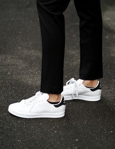 Adidas Originals Stan Smith Clean look - Adidas White Sneakers - Latest and fashionable shoes - Adidas Originals Stan Smith Clean look Minimal Classic, Minimal Chic, Minimal Fashion, Look Fashion, Fashion Shoes, Womens Fashion, Stan Smith Noir, Look Adidas, Socks Outfit