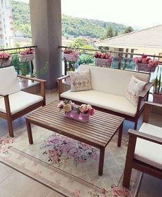 Pastellerin hakimiyetinde feminen ve şık bir dekor. Outdoor Sofa, Outdoor Furniture Sets, Outdoor Decor, Garden Chairs, Artificial Flowers, Pastel Decor, Pastel Colors, House Design, Interior Design