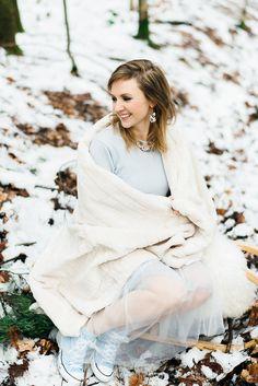 #winterhochzeit #winterwedding Winterhochzeit im Wald in Serenity und Gold von Weddingpilots | Hochzeitsblog - The Little Wedding Corner