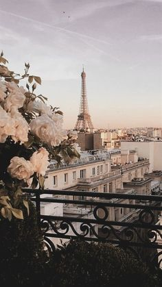 Discover the best photo locations in Paris Top places to visit to take beautiful photos in Paris; France #travel #paris #france #travelguide #photoguide Paris Wallpaper, City Wallpaper, Wallpaper Desktop, Europe Wallpaper, Pastel Wallpaper, Wallpaper Backgrounds, Disney Wallpaper, Iphone Backgrounds, Wallpaper Quotes