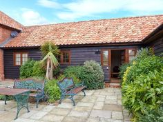 Romantic Cottage Breaks Perfect for Valentines, Birthdays and Anniversary Celebrations - Poppy Cottage is a former stable set on the owner's arable farm, just over a mile from the village of Little Glenham in Suffolk. This single-storey cottage sleeps two people in one zip/link king-size bedroom. The cottage also has a bathroom and an open plan living area with kitchen, dining areaand sitting area. Outside there …