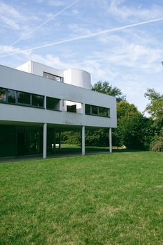 Maristella travels to Poissy, in the outskirts of Paris, to visit Le Corbusier's modernist architecture masterpiece, the Villa Savoye. Interior Architecture, Interior Design, Le Corbusier, Beautiful Buildings, Villa, Outdoor Decor, Travel, Home Decor, Nest Design